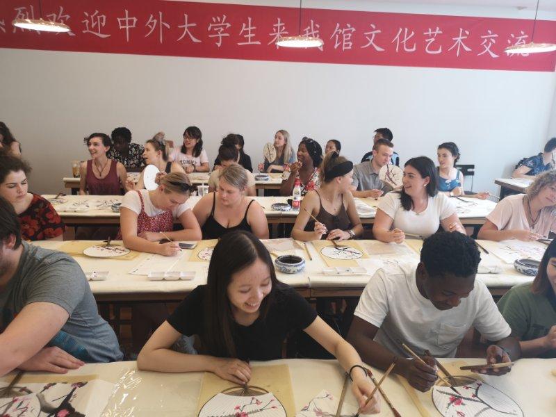 中外大学生走进市美术馆 感受中国书画艺术魅力