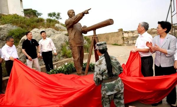 """全国""""时代楷模""""王继才铜像在开山岛落成"""