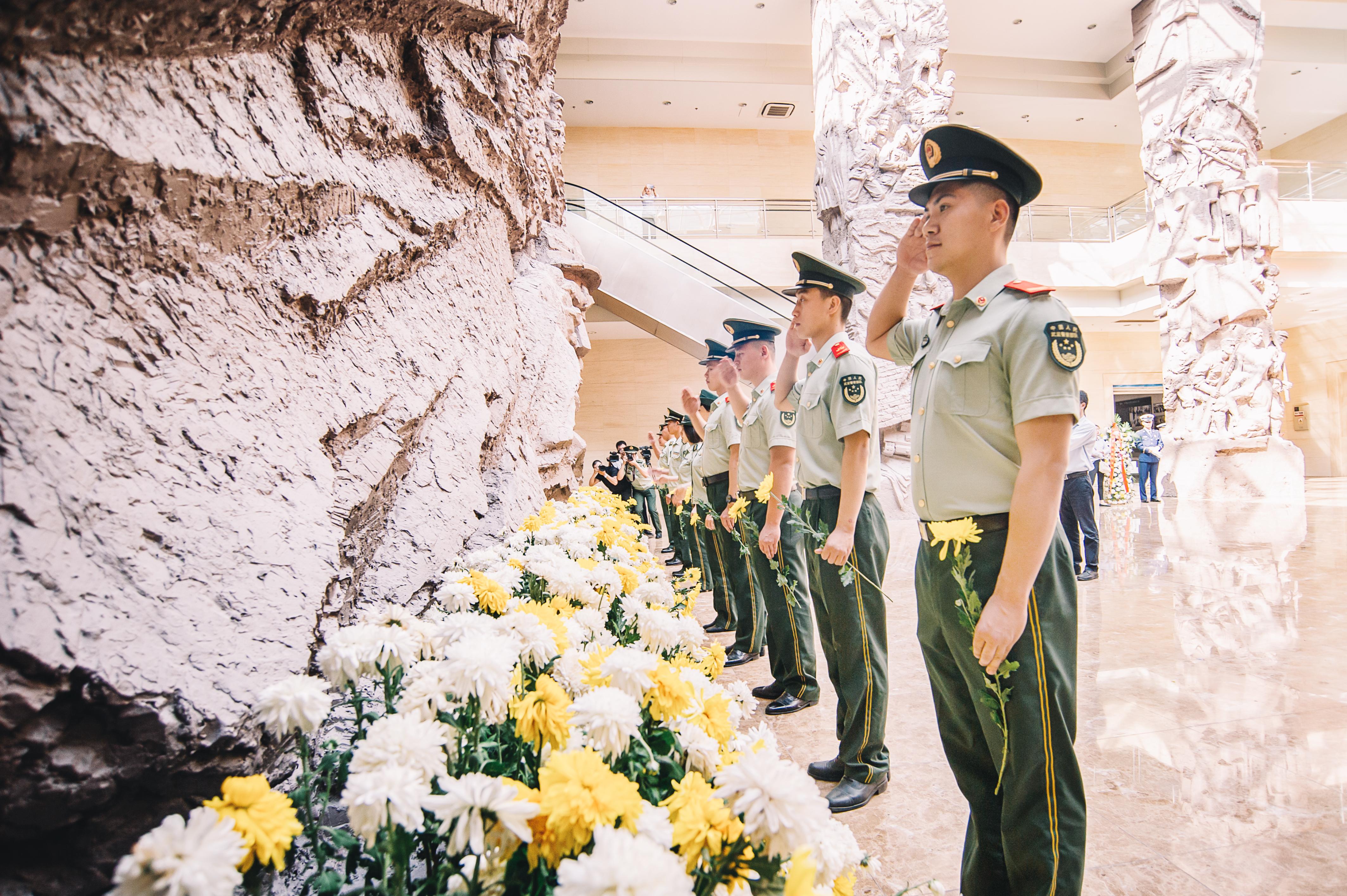 在第六个烈士纪念日,全市各界向革命烈士献花。