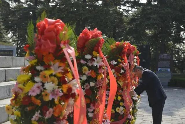 我市隆重举行向革命烈士献花仪式